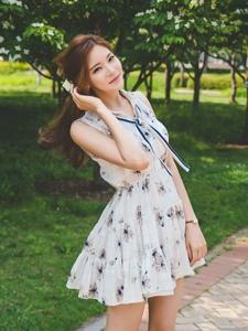 美若天仙的清纯美模淡雅连衣裙衬托纤长白皙的美腿