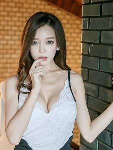 紧身吊带蕾丝裙模特魅惑的眼神彰显其独特的熟女气质