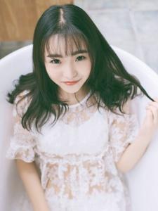 蕾丝少女浴缸内笑容甜美可人