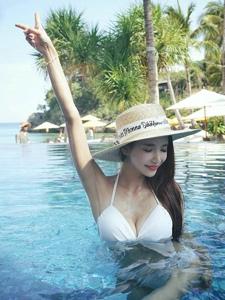 泳池里的草帽美模性感比基尼裝如出水芙蓉