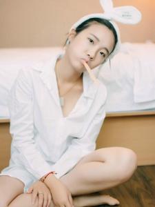 私房晨起少女白襯衫慵懶純凈寫真