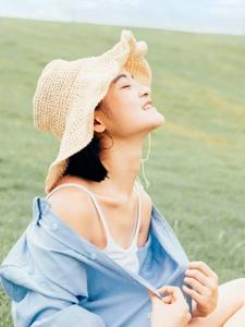 空阔草地上的衬衫美女清新怡人