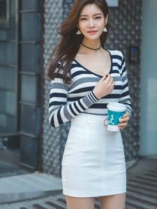 街头走路带风的条纹包臀裙美模随性摆拍