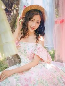 森林内的礼裙美女温柔贤淑大方写真