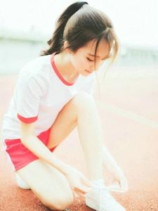 跑道上的运动马尾女孩清爽写真