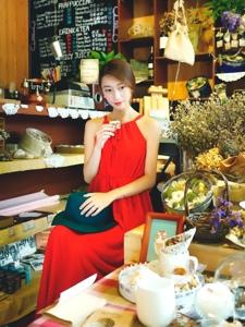 阳光温暖房内的细长直发模特红裙明艳动人
