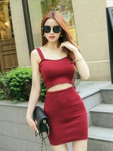 街頭紅發模特墨鏡拽酷吊帶紅裙露纖細小蠻腰