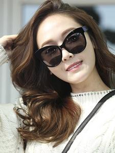 郑秀妍现身仁川国际机场美腿娇人迷人美照