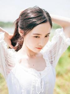 草地上的白裙长发妹子白皙娇嫩写真