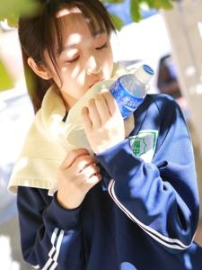 运动马尾女孩树下乘凉喝水补充养分