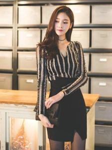 灯光下高颜值美模包臀裙黑丝袜迷人诱惑