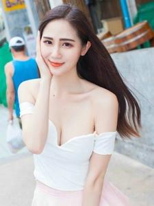 低胸短裙美女露香肩秀白皙性感的乳溝