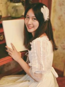 私房白裙钢琴妹子笑容甜美写真