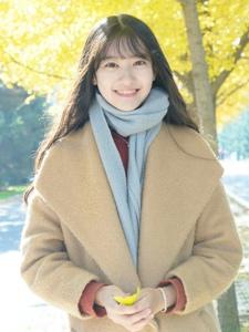 秋天落叶中的气质森系美女笑容迷人写真
