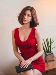 溫暖私房內的短發模特鮮艷紅裙體態修長妖艷