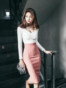 楼梯美模低胸包臀裙纤细小蛮腰尽显乳沟
