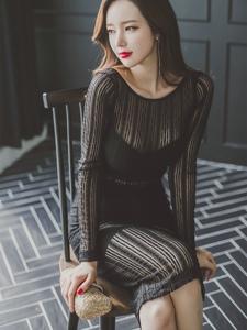 椅子翹腿美模透明黑紗裙盡顯冷艷迷人