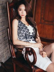 搖椅模特蕾絲裙裝眼神冷艷輕熟魅力顯優雅
