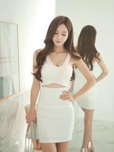 低头美女模特白裙露小蛮腰气质浪漫温婉
