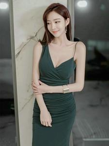 吊帶墨綠裙美女模特露美肌胸部長腿纖細白嫩