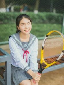 网球场内的网球少女马尾活力十足
