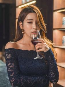 爱喝红酒知性平安彩票app模特裸肩裙诱人