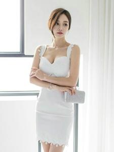 憂郁小臉美女模特吊帶白裙膚白美胸嬌艷動人