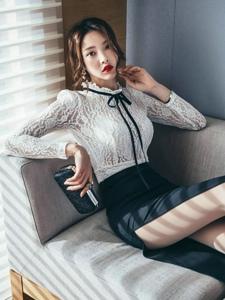 沙发上蕾丝透视裙美模展妖娆身姿红唇诱人