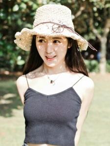 草地上的吊带背心草帽美女漂亮耀眼脸庞