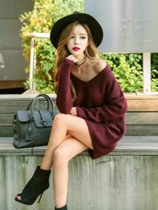 街頭毛衣美女模特秀香肩俯身露事業線