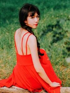 郊外草坪上的吊帶紅裙嬌艷女神美背怡人
