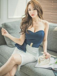 沙发妖媚美模抹胸职业装秀诱人酥胸
