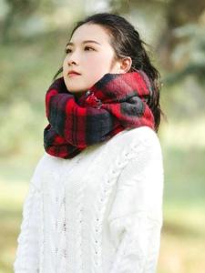 空阔草地上的毛衣围巾美女马尾清爽