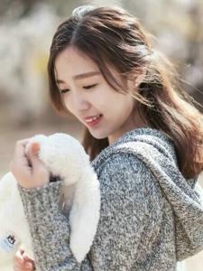 秋日花樹下的玩偶少女清甜可人