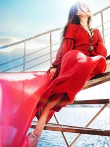 海边起舞美女鲜艳红裙翩翩起舞展异国风情