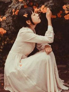 花海中的齐刘海妹子安静花容月貌