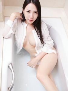 美艳尤物文妮袒胸露乳翘臀诱惑床上写真