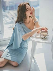 翘臀美模斜肩裙优雅秀香肩倚靠椅子露美乳