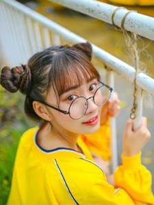 大眼镜美少女游乐园湖边清纯可爱俏皮