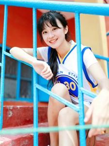 篮球场上的马尾少女阳光甜美可人