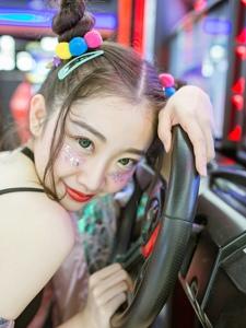 精致粉嫩的電玩妹子鬼馬個性十足活潑可愛