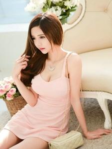 清秀美女模特粉色裙豐滿圓潤美腿纖細