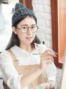 画室里的圆框眼镜美女清纯甜美养眼迷人