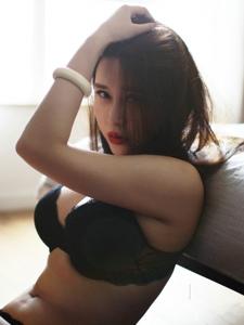 紅唇內衣美女賓館翹臀溫馨私房寫真