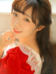 纯净亮眼少女圆点红裙优雅娇俏微微一笑太迷人