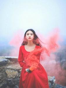 清純素顏女神紅色長裙高山樹林靚麗寫真