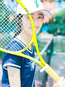 网球运动帽少女秀健美身材极其动人