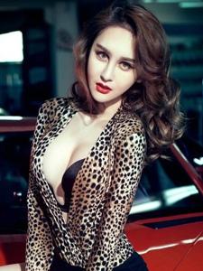 濃妝妖艷美女車模豹紋裝展現惹火誘人身姿寫真