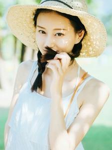 戴遮陽帽的精致五官麻花辮美女寫真