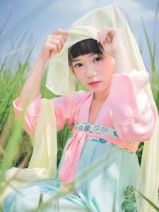 甜美少女古装寻觅大自然的温馨气息